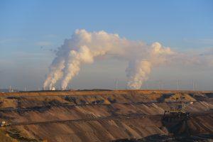 Blick vom Aussichtpunkt auf den Braunkohletagebau Garzweiler II, ein Kohlekraftwerk und Windturbinen